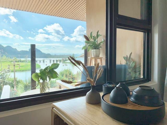 坐在卧室内喝茶就可以看到普者黑湖
