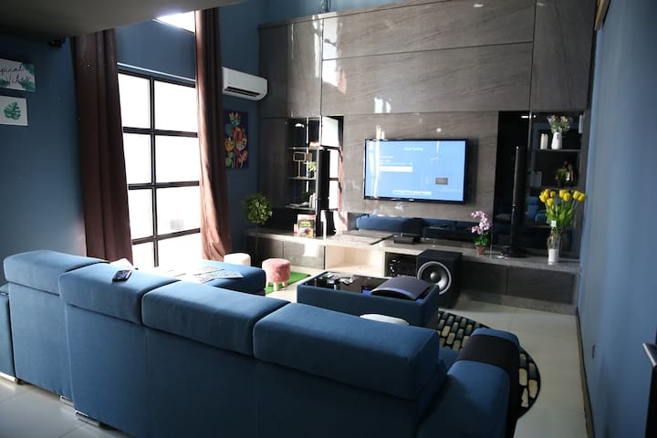 Cozy elegant duplex. Cinema at home. 300mbps wifi