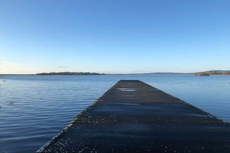 Quiet, Spacious Lake lodge on Lough Ree