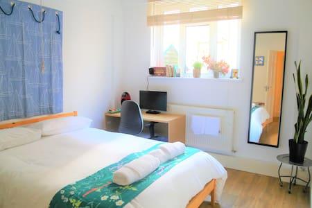 Bright quiet, clean double room in Kings Cross