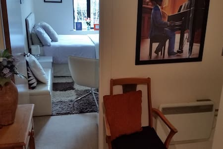 Cosy room with private bathroom in the City Centre - 버밍험(Birmingham)