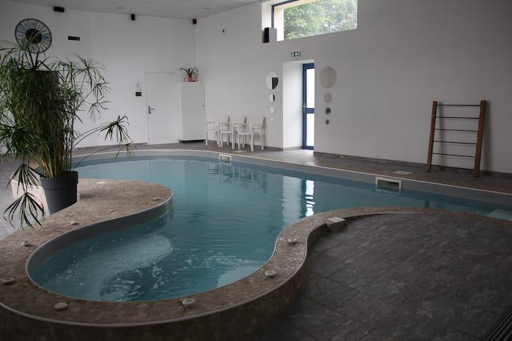 Gîte 2 personnes piscine intérieure, sauna, hammam