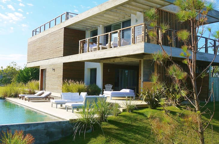 *MODERN  BEACH HOUSE-Beautiful ocean views + pool*