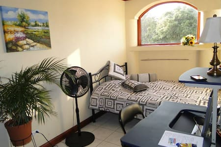 Room, close airport - Busstop near - San Antonio - Ev