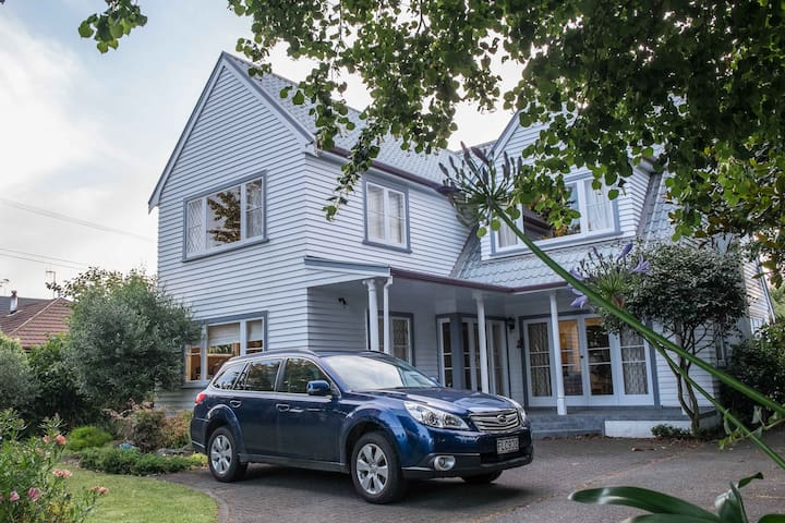 Upstairs Room in Large Family Home. - Palmerston North - Dům