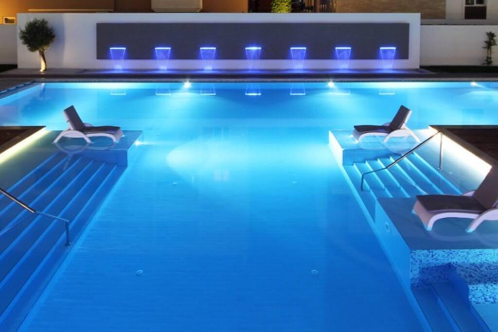 Многоуровневый бассейн с декоративным водопадом