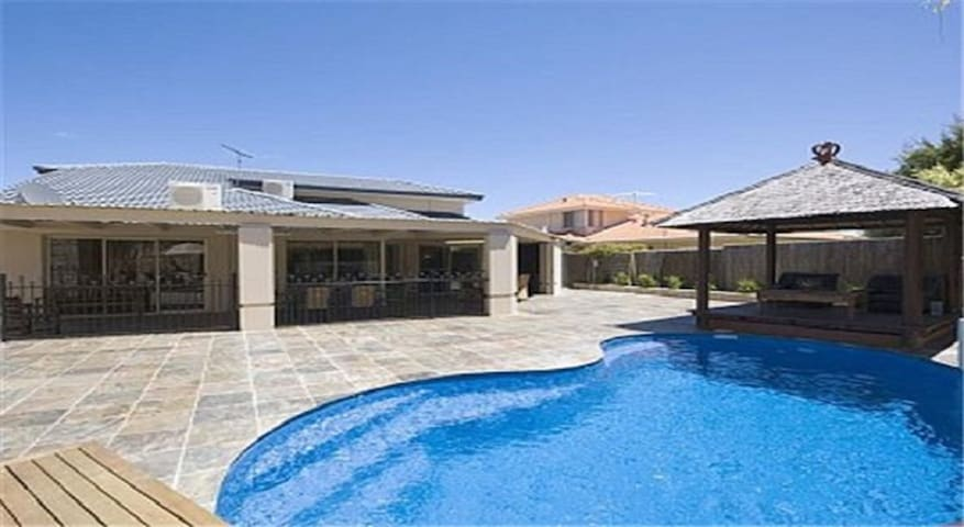 The Oasis 4 bedroom home with pool - Ocean Reef - Casa