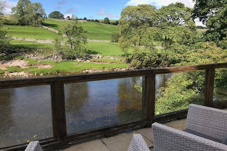 Cosy Cottage in the Yorkshire Dales, river views