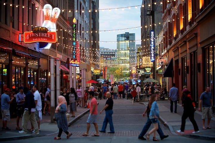 DOWNTOWN CLE CONDO INDIANS/CAVS/BROWNS >2 MIN WALK