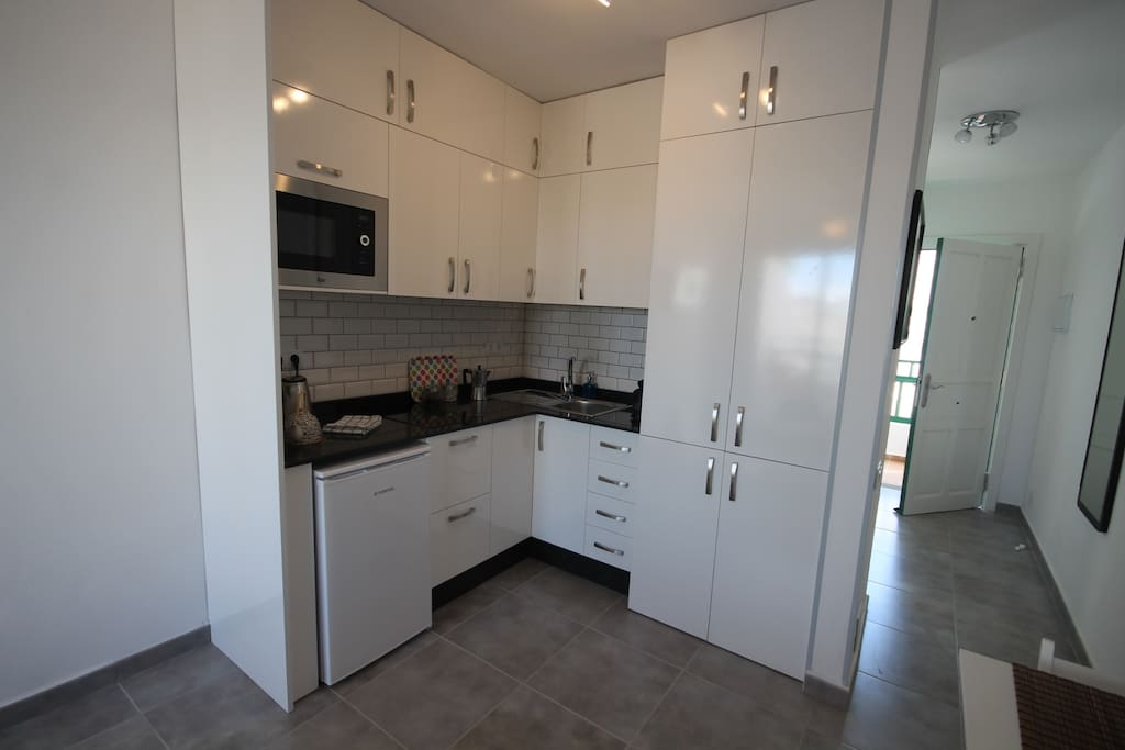 Fully equipped kitchen incl fridge, micro grill, 2 ring hob.