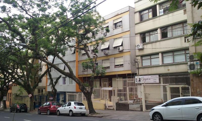 Apto simpático esq. Independência - Porto Alegre - Apartment