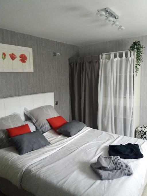 2ème chambre avec dressing et tv