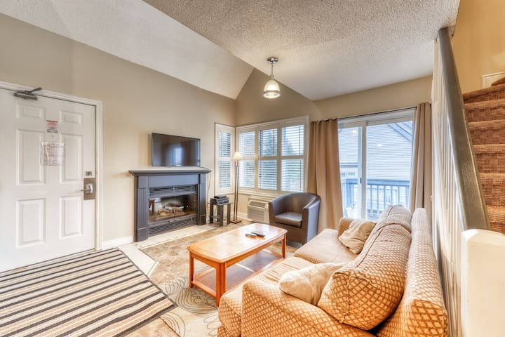 Sunny condo steps from Weider lift w/ shared pool, hot tub & tennis!