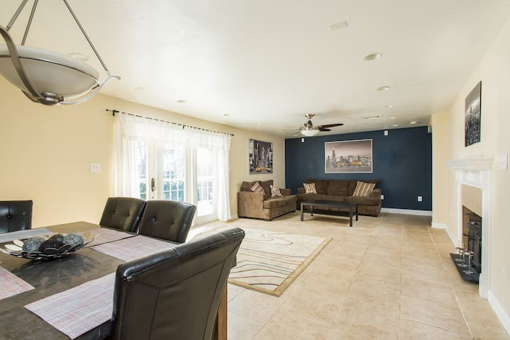 30ftx15ft Living/Dining Area