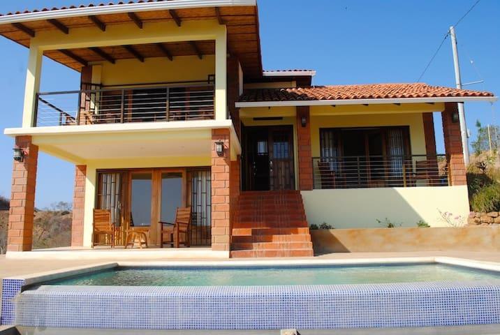 Casa Amarilla en Colinas de Miramar, SJDS
