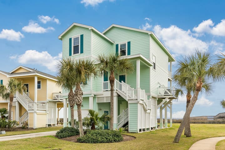 Beautiful, dog-friendly home w/beach views, shared pool, hot tub, and gas grill
