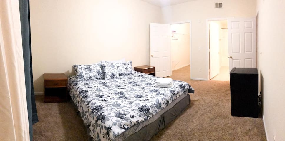 Comfy room+bathroom+Closet close to everything