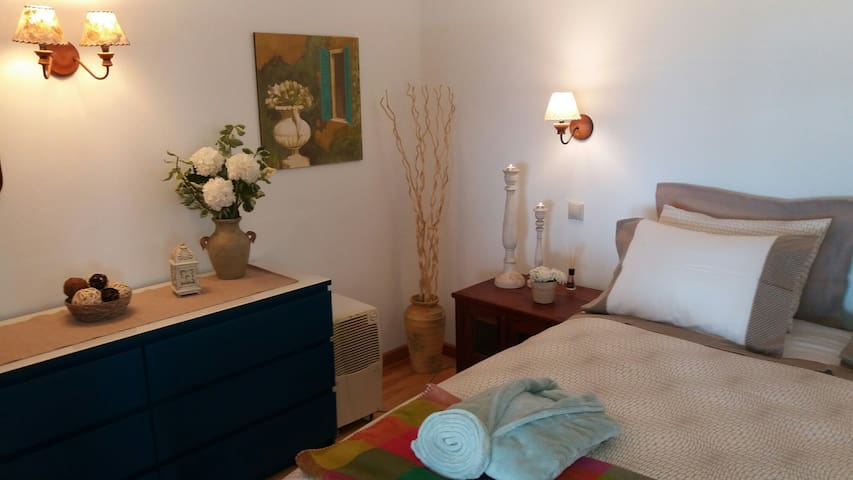 Charming cozy studio by the Golf, totally quiet - Santo António da Serra - Huis