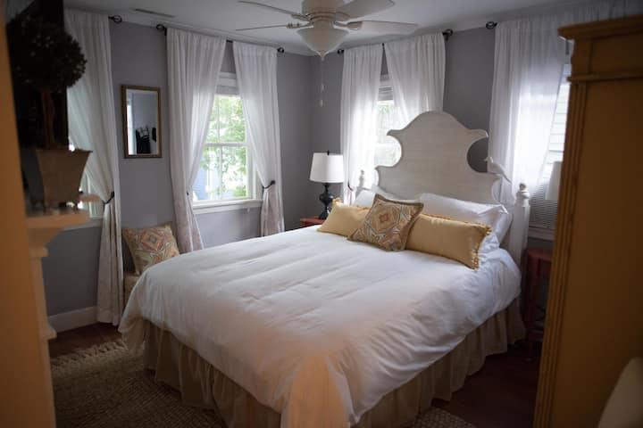 Cozy Guest Suite w/ Shared Kitchen & Private Bath