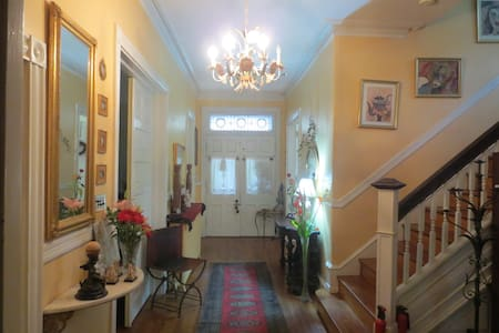 WALK TO TRAIN * PRIVATE PARKING * BnB VICTORIAN RM - Philadelphia - Bed & Breakfast