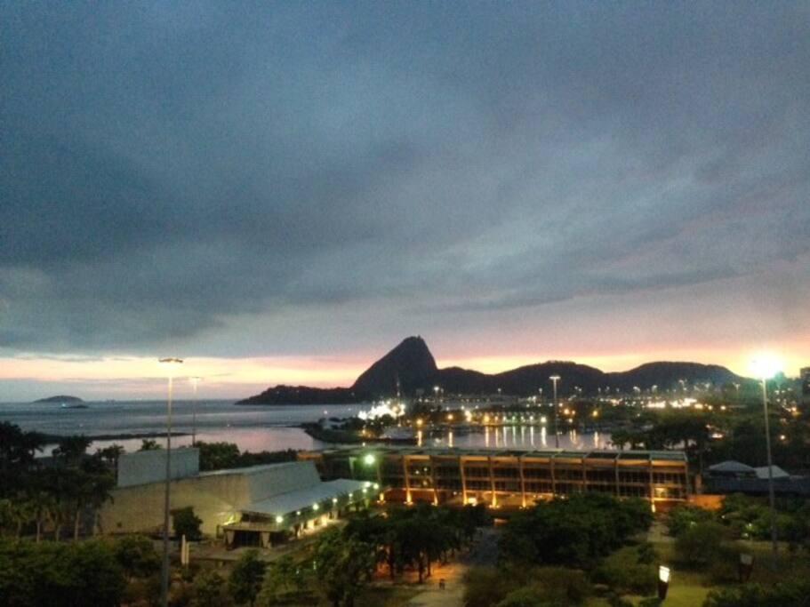 MAM Museu de Arte Moderna e Vivo Rio, casa de shows. Pão de Açúcar ao fundo e baía de Guanabara