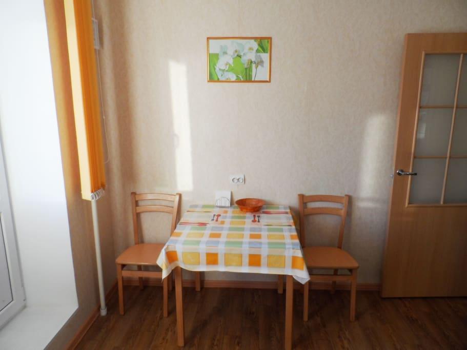 Обеденный стол на солнечной кухне