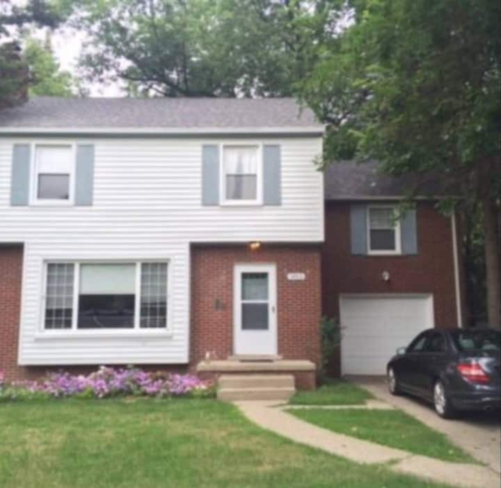 Classic & Modern 4BR, Close to UofM and M Stadium