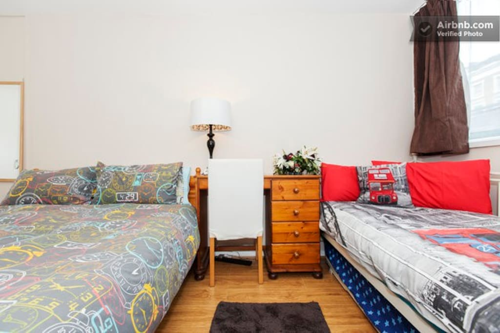 Large Room - Sleeps 3 with desk and wifi
