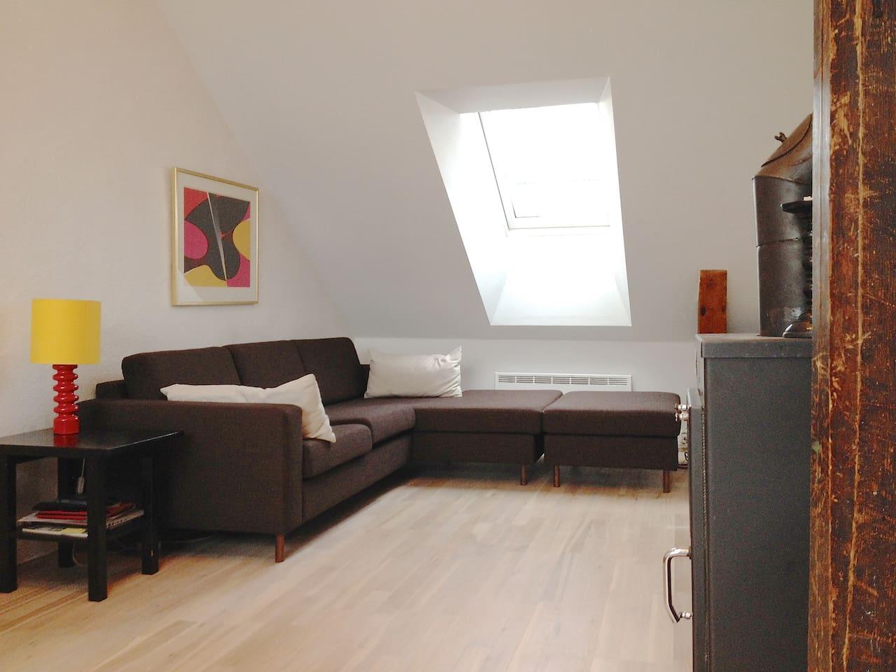 Livingroom with sofa and fireplace