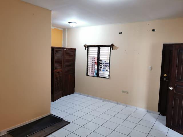 habitacion con closet y baño