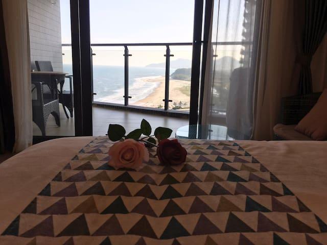 坐在房间看见海!