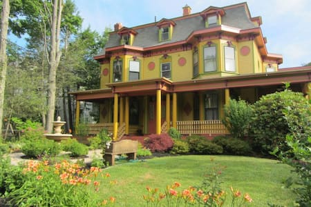 Victorian charm with city convenience!! - Newton - Casa