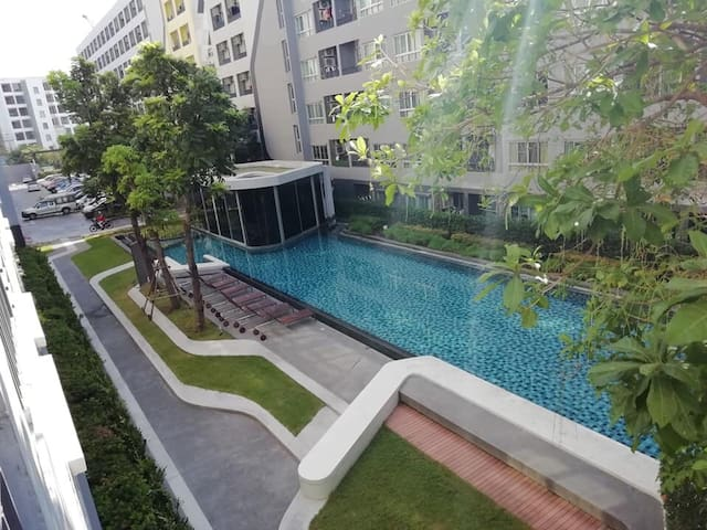 Near BTS E11, Peaceful apartment overlook a pool