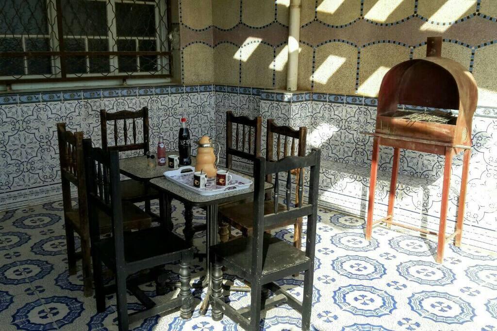 Grande terrasse et son barbecue pour les soirées mechouis et les repas en famille