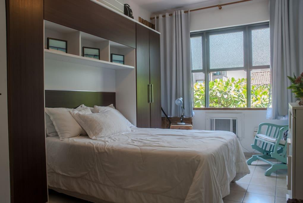 Bedroom with double bed, AC and cabinets / Quarto com cama de casal, ar condicionado e armarios