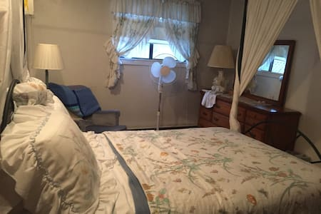 Penelope's Bed & Breakfast (Laurel Room) - Coal Township - Bed & Breakfast
