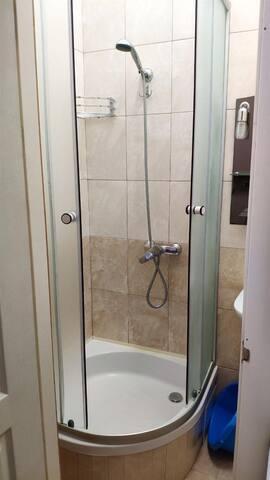 Banyoda duşakabin bulnuur şampuan vs hazır vardır isterseniz kullanabilirsiniz.