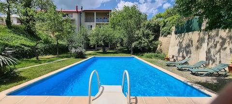 Huis met zwembad en buitenbioscoop