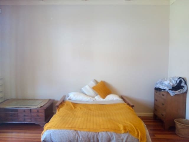 Spacious room in Mt Eden with sunny garden.