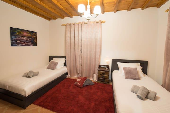 Υπνοδωμάτιο 3 στο ισόγειο με δυο μονά κρεβάτια