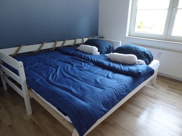 Zimmer in maritimen Design, Bett als Einzel- oder Doppelbett nutzbar.  Nautical Room , with single or Double bed