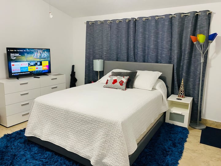 Room with private bathroom and entrance Coral Way