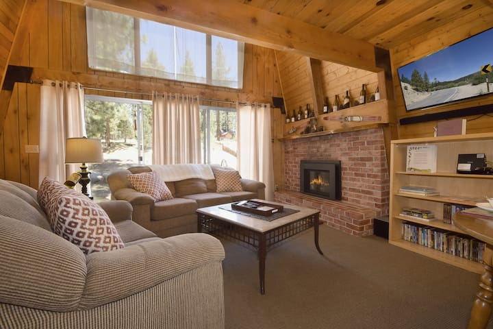 Zin and Bear It: Near Convention Center! Foosball! Cable TV! BBQ! Fireplace! Laundry!