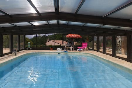 pool house avec piscine couverte - Casa