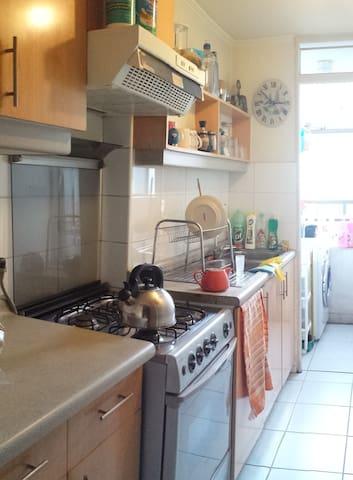 Cocina pequeña, pero tiene todo lo necesario, cocina, refrigerador, microondas, tostador de pan.