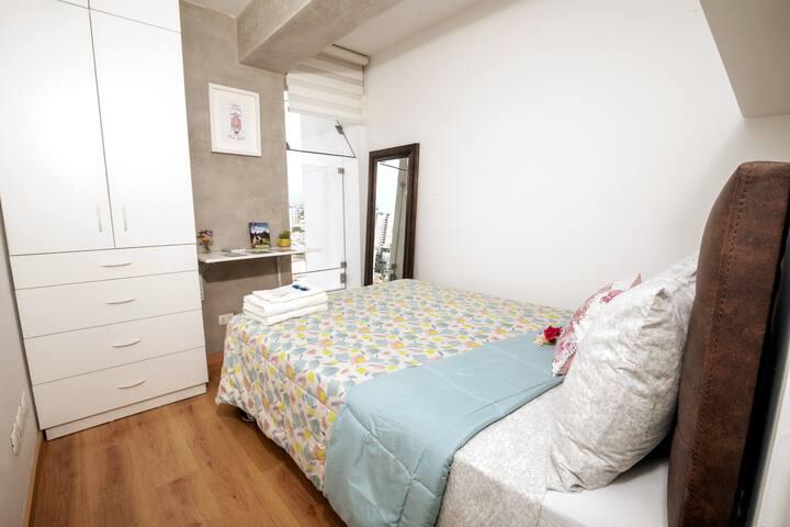 Habitación: acogedora, limpia y luminosa con cama matrimonial, mesa de noche, closet y espejo de cuerpo entero en departamento totalmente equipado. Ubicado en zona súper céntrica, segura y tranquila a la vez :)