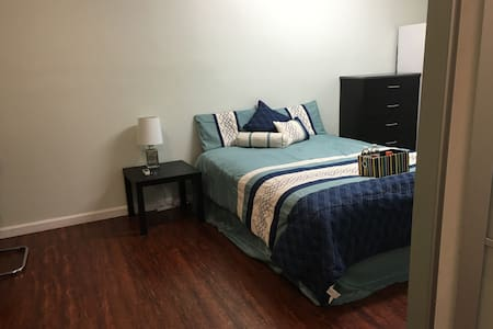 Modern Guest house in Noho Art Dist - north hollywood - Bed & Breakfast