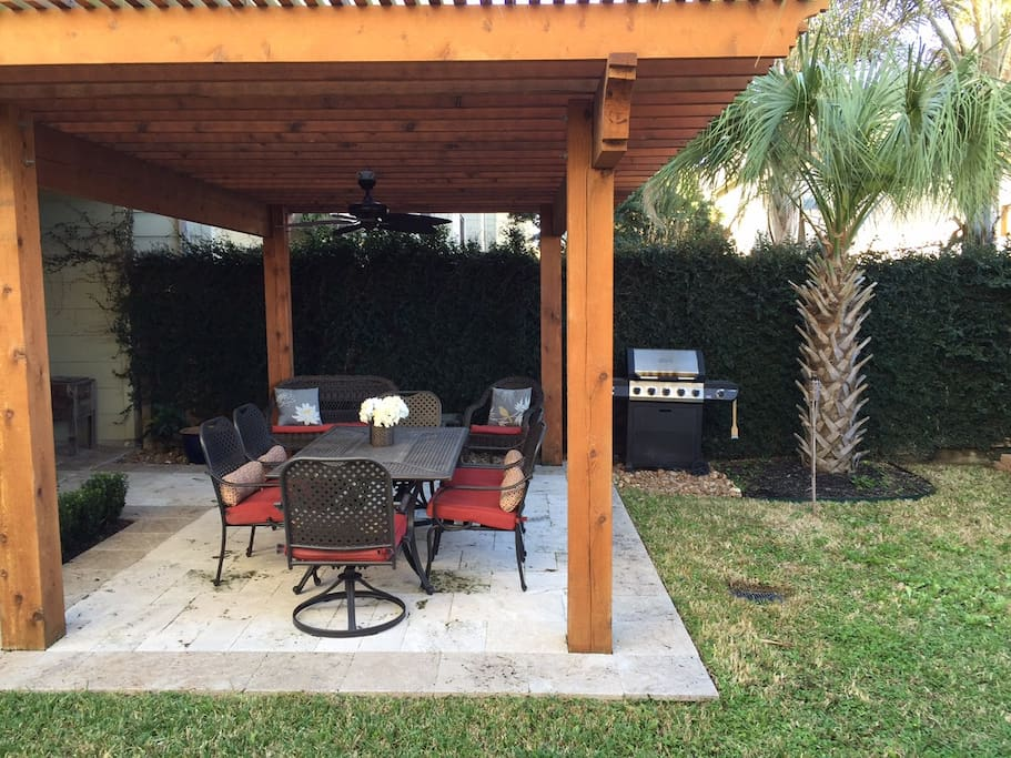 Gorgeous pergola and patio with palm trees and grill!