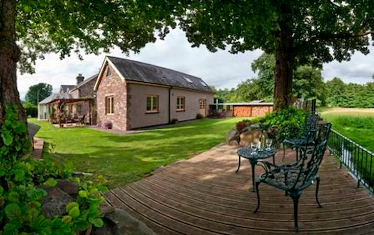 Stone Cottage with Brecon Beacons Mountain Views - Talybont-on-Usk - Casa