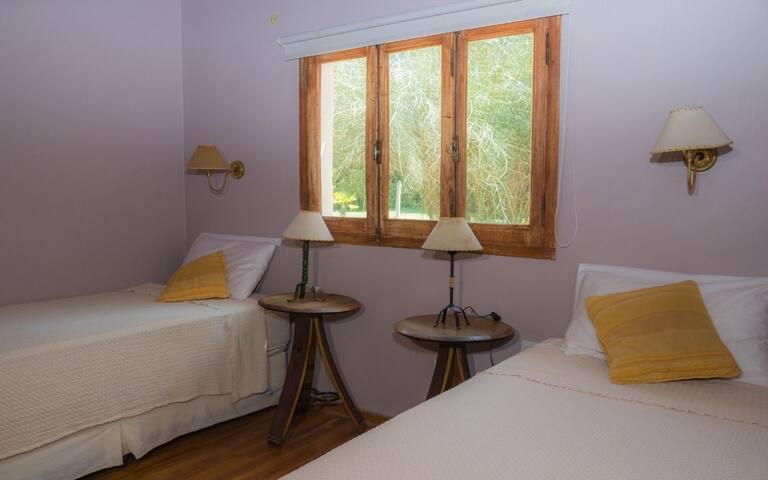Otra habitación de la casa, camas individuales de 1 mts. de ancho, suceptible de transformar de en king (2 x 2).-